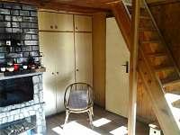 krb - vstup do ložnice a  schody do patra / Chata Čejnov u Lužnice