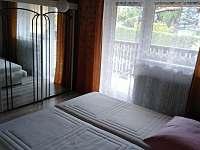 ložnice v patře s balkonem - pronájem chalupy Prachatice