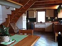 Pohled z jídelního koutu do kuchyně