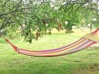 houpací sítě umístěné na zahradě