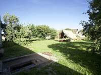 Na zahradě je altán s ohništěm a okrasné jezírko