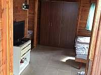 obýváček od dveří - pronájem chaty Hůrka