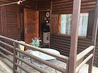 vchod s verandou - chata k pronájmu Hůrka