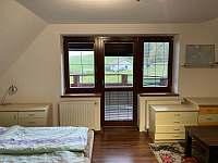 Ložnice s balkónem - chalupa k pronájmu Holubovská Bašta