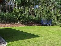 travnatá zahrada okolo