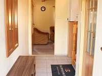 Chodba propojující koupelnu, obývací prostor a schodiště