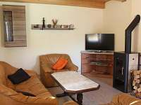 Obývací prostor se smart TV a krbem