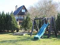 Pro děti se na pozemku náchází hřiště - chata k pronajmutí Soběslav - Švadlačky