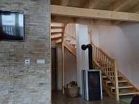 schodiště a krb