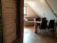pohled ze sauny na hlavní místnost - apartmán ubytování Jaronice