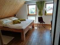 prostorná postel z masivu - apartmán k pronajmutí Jaronice