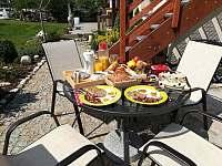 snídaně v létě - pronájem apartmánu Jaronice