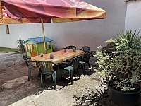 Posezení v uzavřeném dvoře - chalupa ubytování Stráž nad Nežárkou