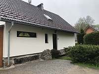 vchod do domu s parkovištěm - chalupa ubytování Lipno nad Vltavou - Slupečná