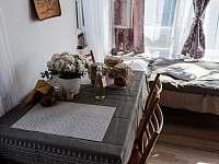 jídelní stůl - společenská místnost - chata k pronájmu Střelské Hoštice