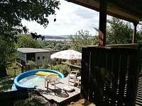 pohled na bazén z terasy - chata k pronájmu Roštín