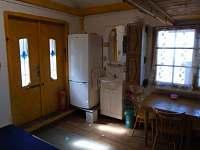 uvnitř chaty - lednice + koutek s umyvadlem - Roštín