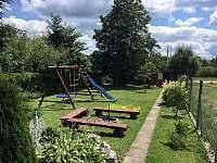 Pohled od chaty na zahradu - ubytování Suchý