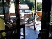 Venkovní posezení s koupacím sudem - pronájem apartmánu Podhradí nad Dyjí