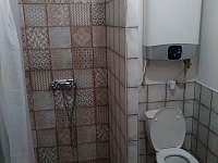 Koupelna ve větším apartmánu
