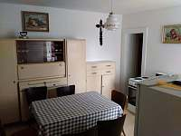Kuchyň ve větším apartmánu