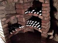 Volně přístupná vinotéka v tradičním sklípku kopaném v pískovci - Vrbice