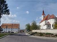Centrum v Jevičovicích, Kostel, sýpka -