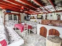Posezení pod pergolou - apartmán ubytování Jevišovice