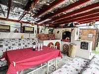 Venkovní posezení pod pergolou s grilem - apartmán k pronájmu Jevišovice