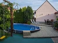 Posezení u bazénu - apartmán k pronajmutí Velké Pavlovice