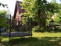 Trampolína,bazén a skluzavka před chatou. - k pronájmu Jedovnice