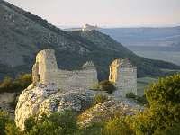 Sirotčí hrádek vpředu, na obzoru Dívčí hrady v Pavlově