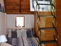 Malá ložnice s vysunutými schody do podkroví - pronájem chaty Kostelec u Kyjova