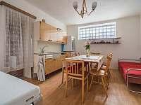 Ubytování ŠRÚFEK - Kuchyň s velkým stolem a gaučem - pronájem chalupy Podivín