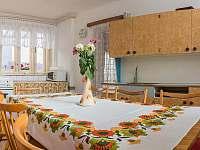 Ubytování ŠRÚFEK - Kuchyň s vinotékou, vchod do koupelny - chalupa k pronajmutí Podivín