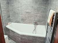 Koupelna s vanou - chalupa ubytování Kobylí