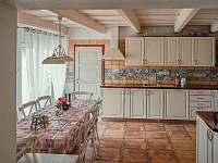 Kuchyně s jídelnou - chalupa ubytování Kobylí