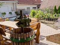 Posezení na terase - chalupa k pronájmu Kobylí