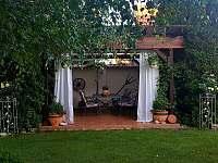 venkovní pergola v zahradě - apartmán k pronajmutí Novosedly