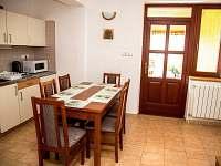 Kuchyňka s rozkládacím jídelním stolem