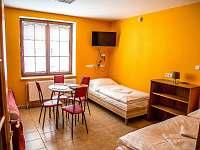 Oranžový pokoj k dvoulůžkem a 2 samostat. lůžky