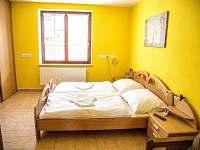 Žlutý pokoj s dvoulůžkem