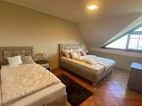 Hlavní ložnice s manželskou postelí a jednolůžkem. Panoramatický výhled - apartmán ubytování Pavlov