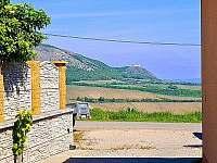 Výhled příjezdové cesty na dominantu Dívčích hradů nad Pavlovem - Klentnice u Mikulova
