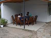 Posezení u medárny - chalupa ubytování Mikulovice u Znojma