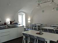 Společenská místnost s kuchyňským koutem - Mikulovice u Znojma