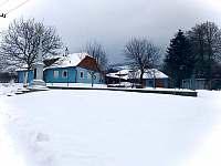 Chalupa v zimě - k pronájmu Lopeník