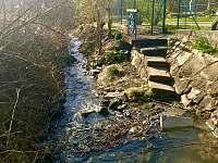 potok u chalupy - pronájem Lopeník