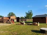 Pohled zezadu s dětským hřištěm v pozadí - chata ubytování Suchý