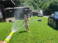 přírodní sprcha - chatky k pronájmu Bítov